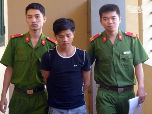 Nu sinh thoat chet khi nguoi yeu cu do xang dot phong tro hinh anh 1 CATX Sơn Tây dẫn giải đối tượng Nguyễn Anh Tú