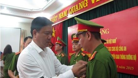 Bo truong Thang khen thuong Ban chuyen an 'logo xe vua' hinh anh