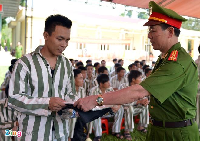 Ngoài các khoản tiền được nhận theo quy định, nhiều trại viên được giám thị trại Hồng Ca tặng quần áo, dép mới trước khi rời nơi giam giữ.