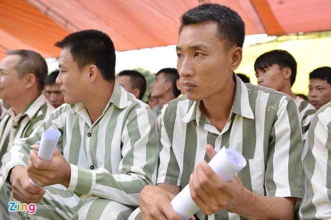 Anh Trịnh Quang Minh (35 tuổi, ở Hà Nội) bảo mấy đêm nay mình mất ăn mất ngủ vì hồi hộp chờ ngày công bố quyết định đặc xá. Người đàn ông từng bị kết án hơn 4 năm tù bảo, sau đây sẽ trở về chăm lo cho mái ấm gia đình và tìm việc làm phù hợp.