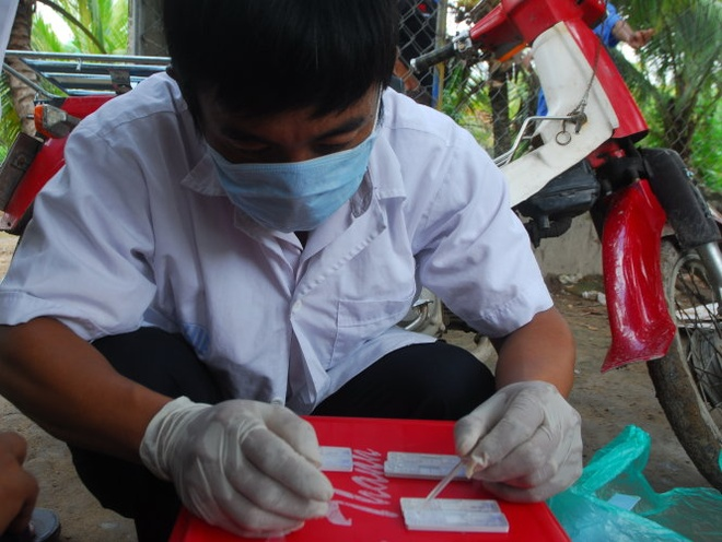 Chuyen co quan dieu tra nhung vu nuoi heo bang chat cam hinh anh 2 Test mẫu nước tiểu heo bằng kit thử nhanh