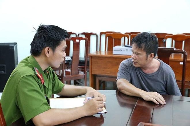 Ca kho sung tren mot xe tai hinh anh 2 Công an huyện Bàu Bàng làm việc với chủ lô súng bị thu giữ.