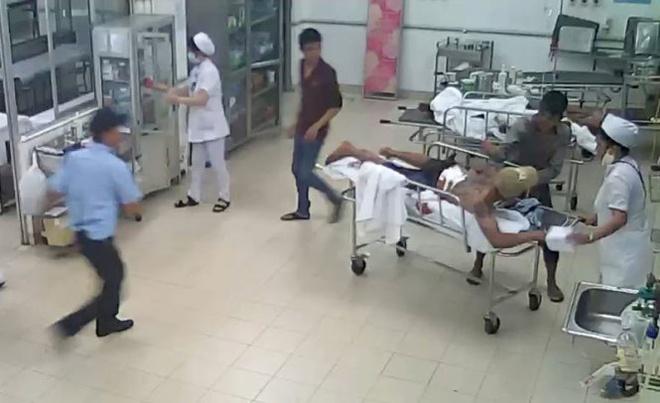 Xac dinh danh tinh ke vao benh vien dam doi thu hinh anh 1 Cảnh dùng dao đâm Phạm Văn Hưng.