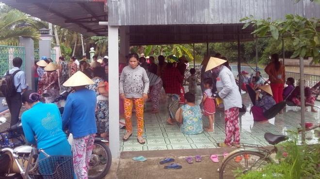 Be hui tren 14 ty tai Tien Giang, ca tram nguoi dieu dung hinh anh 2 Người chơi hụi kéo đến nhà bà Tư để đòi tiền.