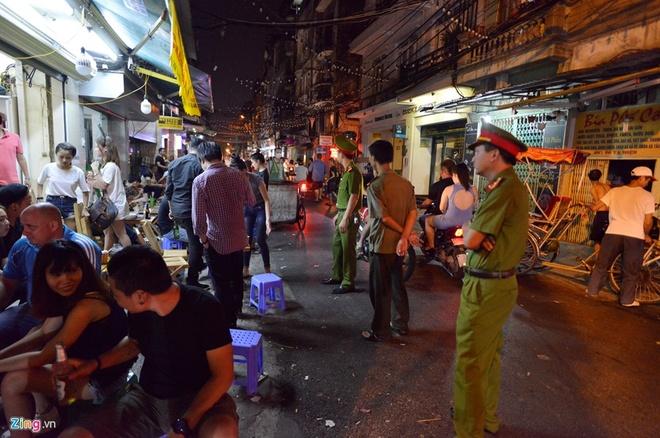 Nguoi song o pho di bo quanh Ho Guom phai dat xe ve nha hinh anh 1