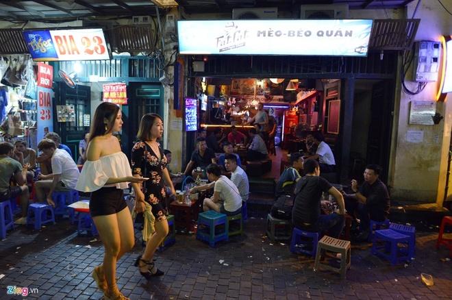 Nguoi song o pho di bo quanh Ho Guom phai dat xe ve nha hinh anh 2