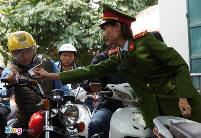 Nu canh sat trong xe mien phi o Phu Tay Ho hinh anh 8
