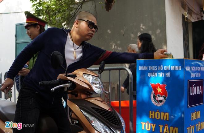 Nu canh sat trong xe mien phi o Phu Tay Ho hinh anh 10