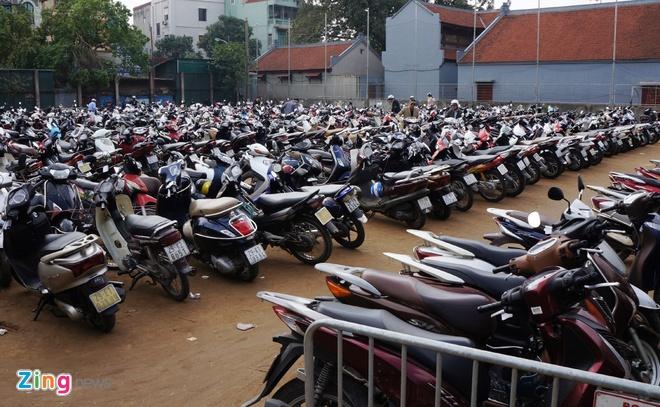 Nu canh sat trong xe mien phi o Phu Tay Ho hinh anh 6