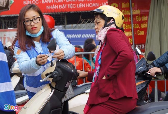 Nu canh sat trong xe mien phi o Phu Tay Ho hinh anh 5