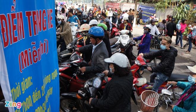 Nu canh sat trong xe mien phi o Phu Tay Ho hinh anh 2