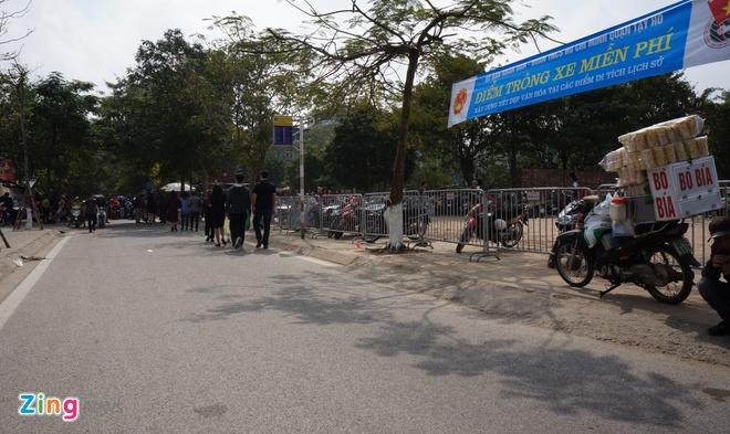 Nu canh sat trong xe mien phi o Phu Tay Ho hinh anh 1