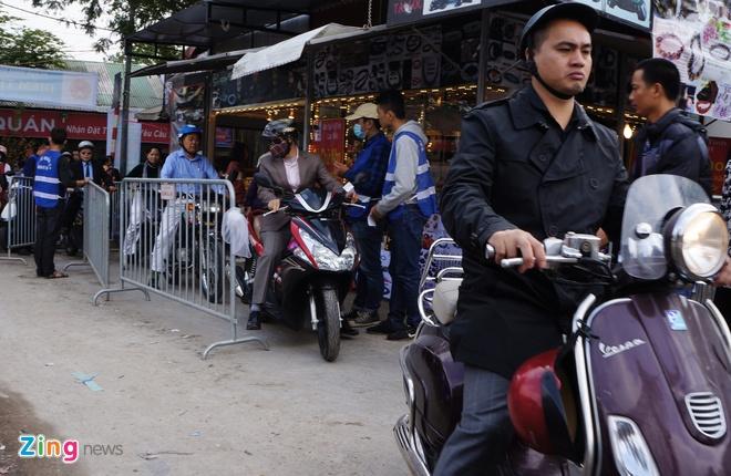 Nu canh sat trong xe mien phi o Phu Tay Ho hinh anh 4