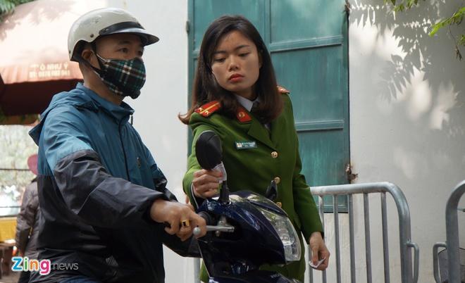 Nu canh sat trong xe mien phi o Phu Tay Ho hinh anh 9