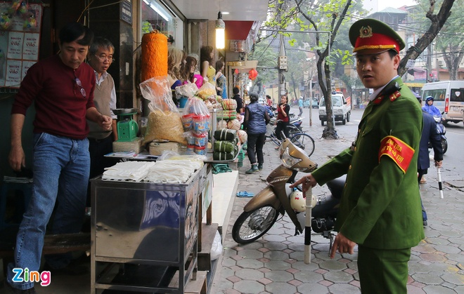 Canh sat gianh lai via he o cho Hom - Duc Vien luc sang som hinh anh 5
