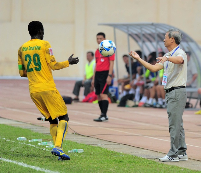 Vong 6 V.League: HLV Le Thuy Hai thang dam hoc tro Huynh Duc hinh anh 1
