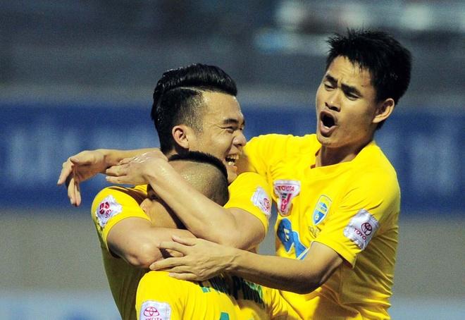 Vong 6 V.League: HLV Le Thuy Hai thang dam hoc tro Huynh Duc hinh anh
