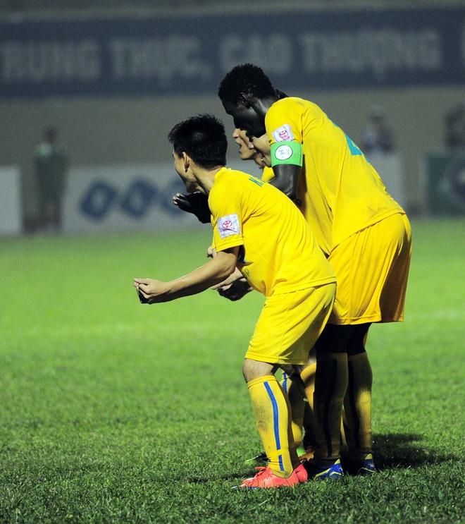 Vong 6 V.League: HLV Le Thuy Hai thang dam hoc tro Huynh Duc hinh anh 13