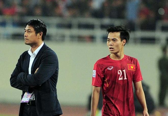 HLV Huu Thang khong bat tay Van Toan khi thay nguoi hinh anh