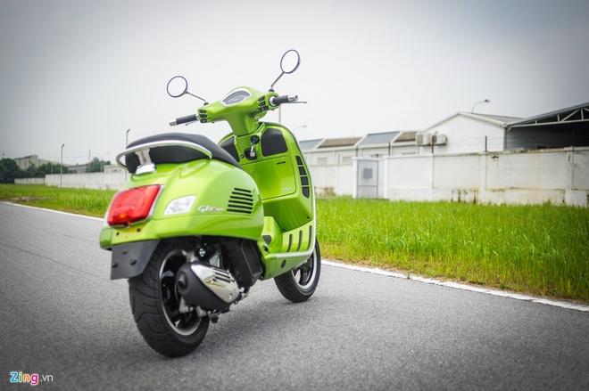Vespa GTS Super 300 re bang nua Honda SH 300i tai Viet Nam hinh anh 2