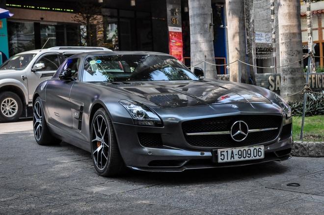 Mercedes SLS AMG GT nha chong Tang Thanh Ha tai xuat tren pho hinh anh