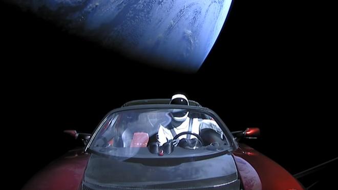 Dieu gi xay ra voi chiec Tesla Roadster ngoai vu tru? hinh anh 1