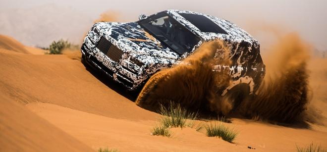Rolls-Royce chay thu tren doi cat o Trung Dong hinh anh