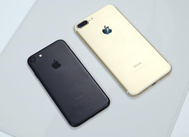 Nguoi mua iPhone buc xuc vi cua hang chao gia mot dang, ban mot neo hinh anh