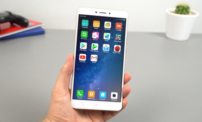 Loat smartphone tam trung pin 'trau' nhat dang ban tai Viet Nam hinh anh 5