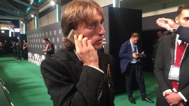 Luong 10 trieu euro/nam, Luka Modric van dung iPhone 5S hinh anh
