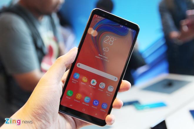 Chi tiet Galaxy A7 2018 - 3 camera sau, van tay o canh ben hinh anh 1