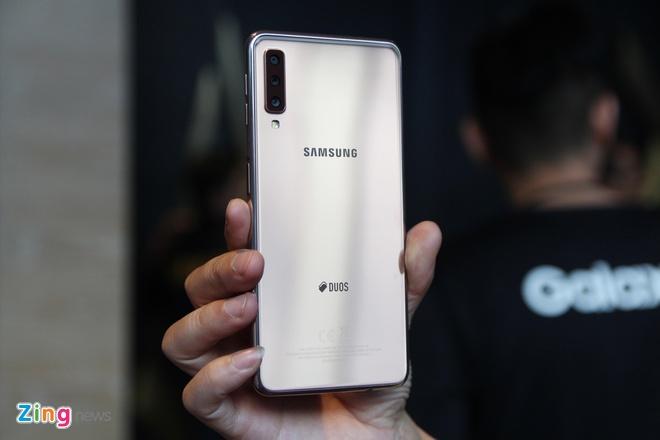 Chi tiet Galaxy A7 2018 - 3 camera sau, van tay o canh ben hinh anh 7