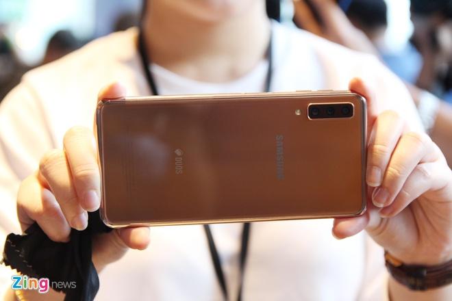 Chi tiet Galaxy A7 2018 - 3 camera sau, van tay o canh ben hinh anh 6