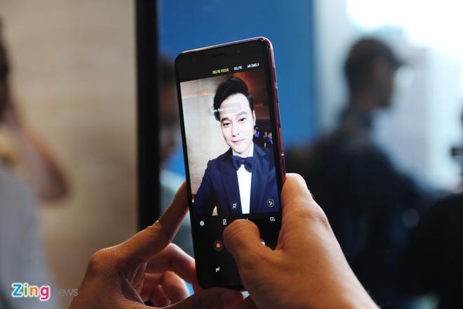 Chi tiet Galaxy A7 2018 - 3 camera sau, van tay o canh ben hinh anh 5