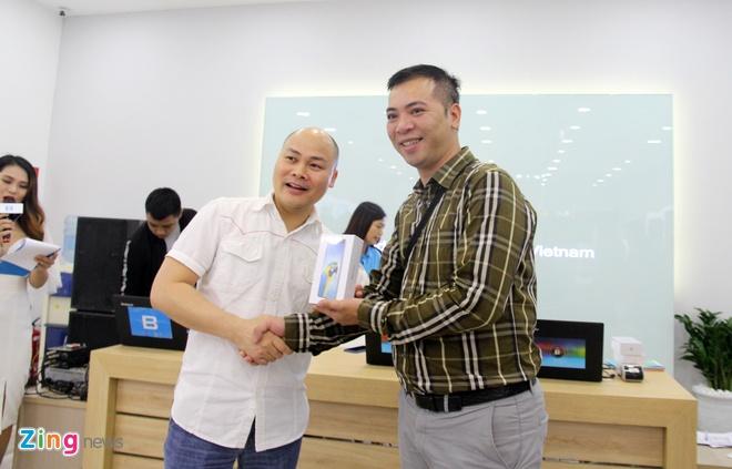 CEO Nguyen Tu Quang giao Bphone 3 cho khach trong ngay mo ban hinh anh