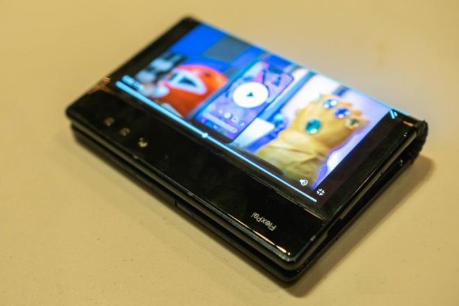 Smartphone man hinh gap dau tien vua ra mat hinh anh 2
