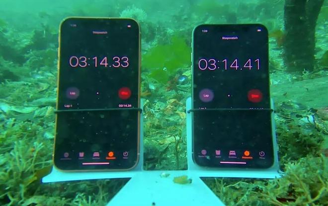 Dieu gi xay ra khi ngam iPhone XS va XR o do sau 8 m duoi nuoc? hinh anh