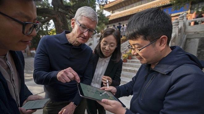 Khac voi Tim Cook, nguoi dung TQ noi iPhone e vi qua dat hinh anh 1
