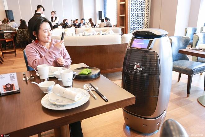 Khach san trong nhu phi thuyen, phuc vu bang robot cua Alibaba hinh anh 8