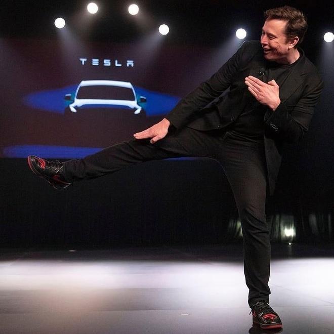 Bo 1.500 USD, ban se co doi giay gay bao mang cua Elon Musk hinh anh 1