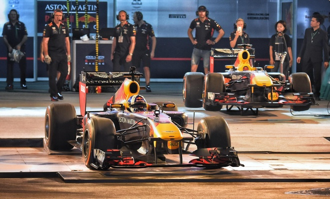 David Coulthard lai chiec RB7 tren duong pho Ha Noi hinh anh