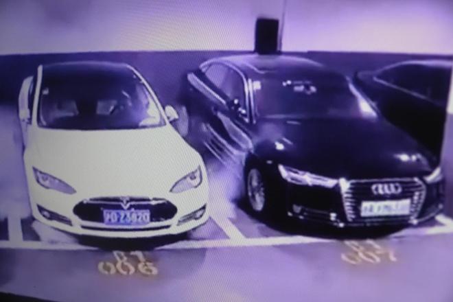Xe Tesla Model S phat no tai mot bai xe o Thuong Hai hinh anh