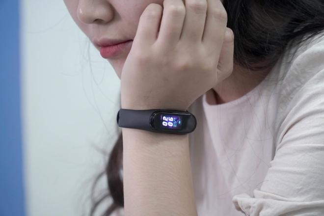 Trai nghiem nhanh vong deo tay thong minh Xiaomi Mi Band 4 hinh anh