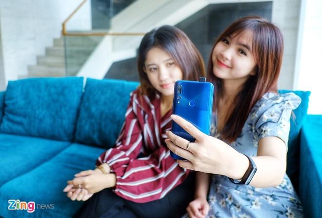Loat smartphone tam trung noi bat tai Viet Nam giua 2019 hinh anh 5