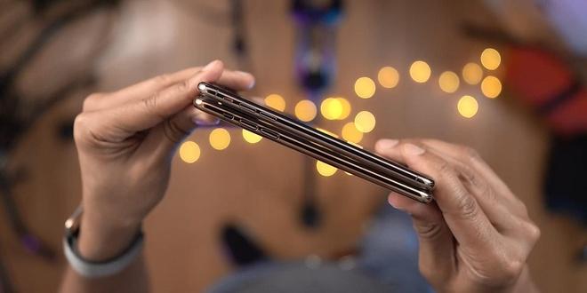 So với iPhone XS Max, vị trí của các phím vật lý như phím nguồn, tăng giảm âm lượng và cần gạt rung đều không đổi.
