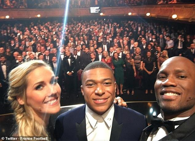 Didier Drogba chup hinh selfie cung Mbappe tai le trao giai hinh anh