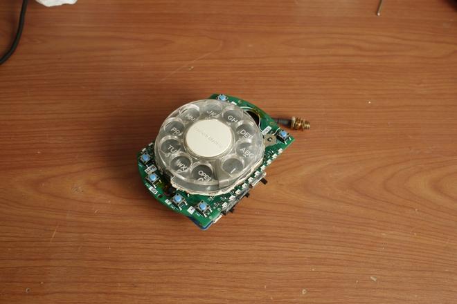 Haupt cho biết cô lấy phần vòng quay số từ một chiếc điện thoại Western Electric Trimline vì nó có kích thước khá nhỏ gọn.