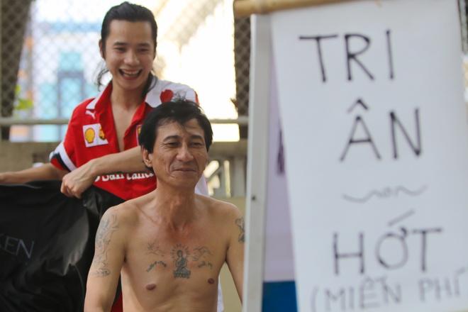 Chang Viet kieu My cat toc mien phi tren via he Sai Gon hinh anh