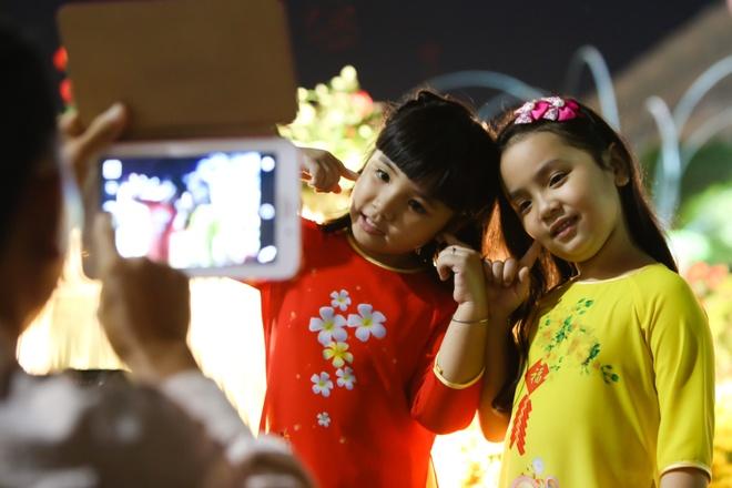 Nguoi Sai Gon do ve duong hoa Nguyen Hue dem khai mac hinh anh 5