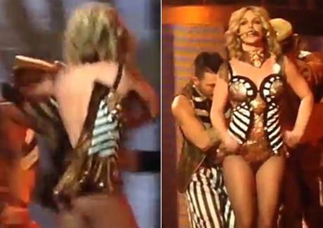 Britney Spears suyt tut vay tren san khau hinh anh